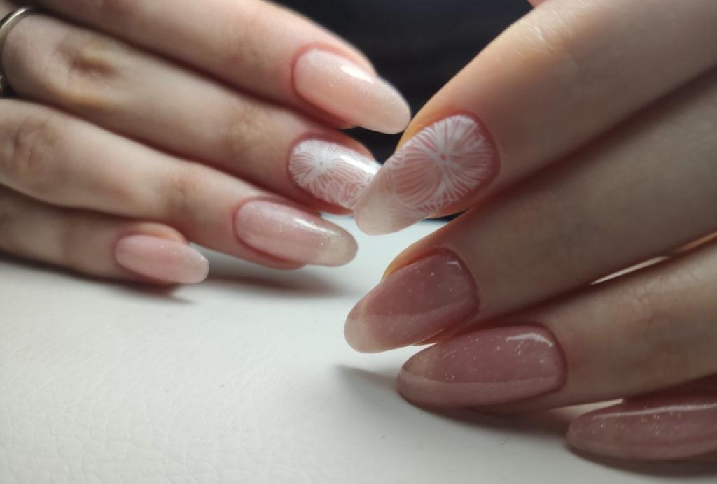 Нежно розовое покрытие гель-лаком