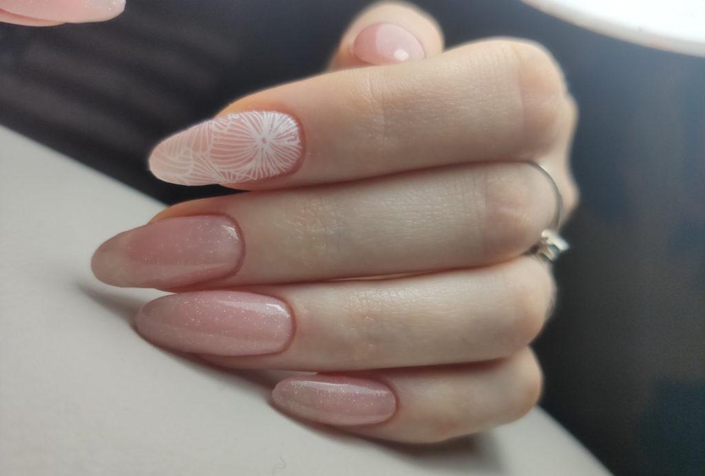 Нежное розовое покрытие гель-лаком